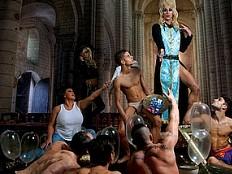 Abendmahl mit nackten Priestern, Kondomen und Dragqueens