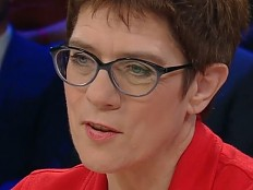 Annegret Kramp-Karrenbauer - Gleichgeschlechtliche Ehe: AKK verteidigt Inzucht- und Polygamie-Vergleich