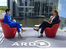Annegret Kramp-Karrenbauer - AKK gibt sich als Schwulenmutti