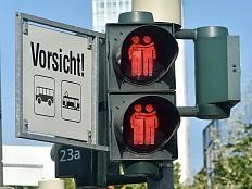 Homo-Ampeln - Frankfurt widmet schwul-lesbische Ampelpärchen allen LGBTI-Aktivisten