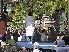 Indonesien: Wieder Schwule ausgepeitscht