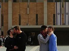 Israel - Küssende Homo-Paare von Knesset-Vorplatz vertrieben
