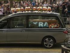 Großbritannien - Abschied von Lyra McKee mit Regenbogenfahnen