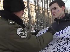Russland - Wolgograd: LGBTI-Protest durch Polizisten und Kosaken unterbunden